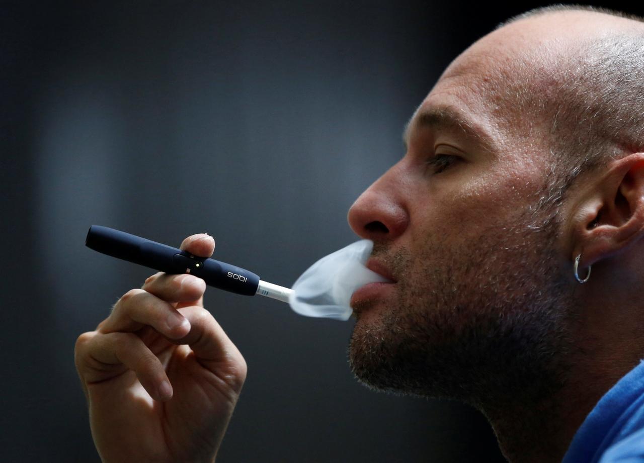 Muži kouří