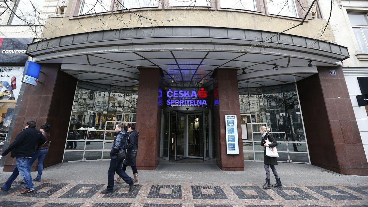 České spořitelně prudce klesl zisk na 10 miliard