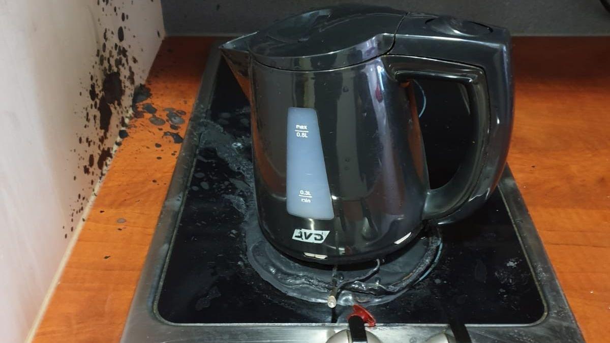 Turistka v Praze vařila čaj a rychlovarnou konvici postavila na sporák. Vyjížděli hasiči