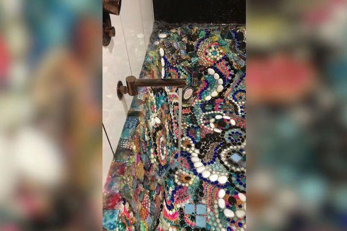 BEZ KOMENTÁŘE: Australanka vyzdobila svou vanu mozaikou