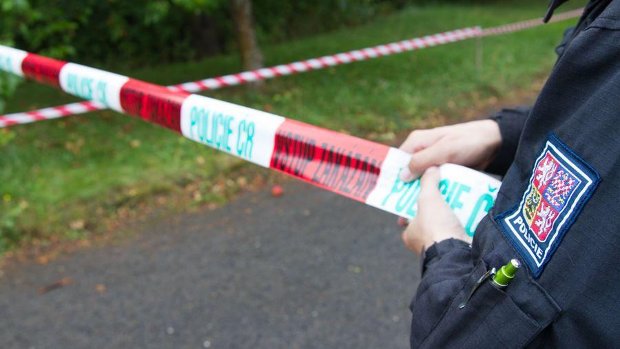 Muž vytáhl nůž na starostu Bělotína, pak mu propíchal pneumatiky auta