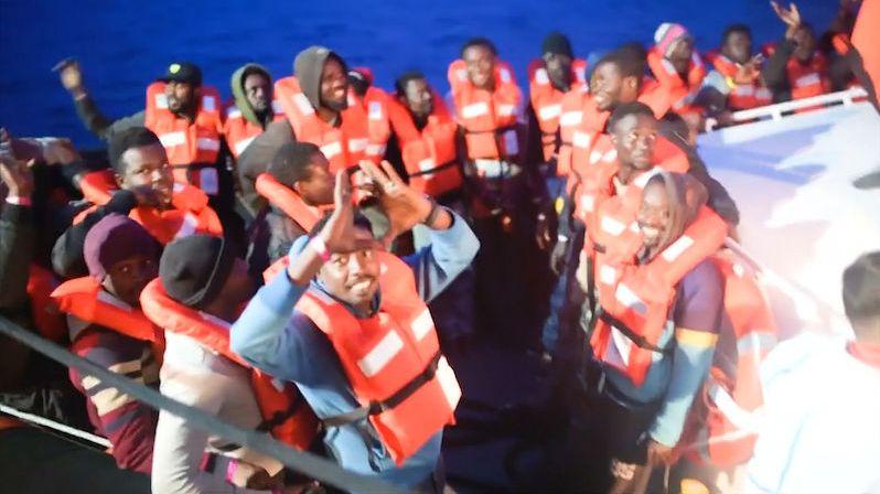 Loď se 166 zachráněnými migranty zakotvila na Sicílii