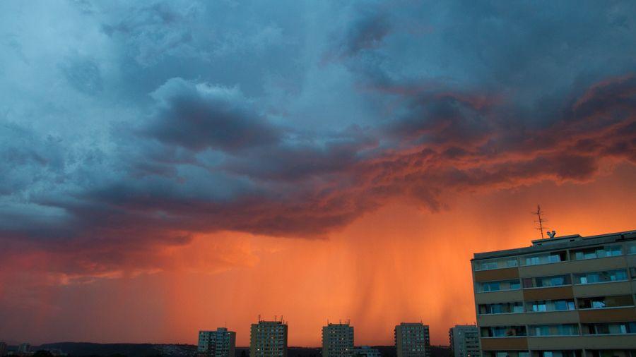 Meteorologové prodloužili varování před silnými bouřkami, hrozí i průtrže a kroupy