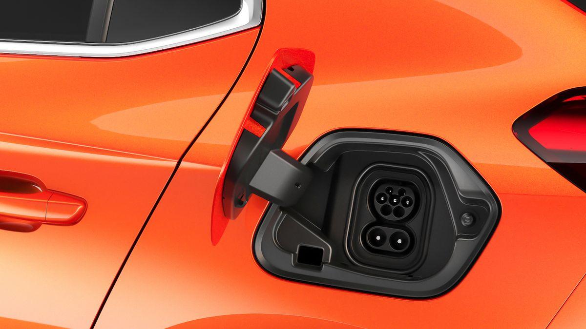 Na českých silnicích přibývá elektromobilů a hybridů. Na Evropu to nestačí
