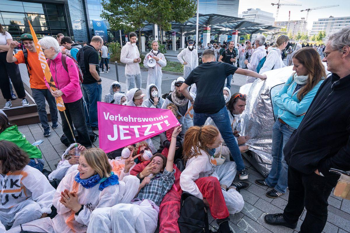 Aktivisté blokují vchody na výstaviště.