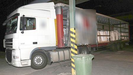 Řidič kamionu hlídal v Sušici migranty s nožem vruce