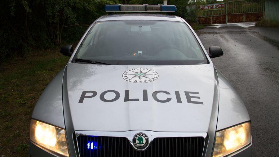 Policista rozdával rány pěstí, nešetřil ani ženy
