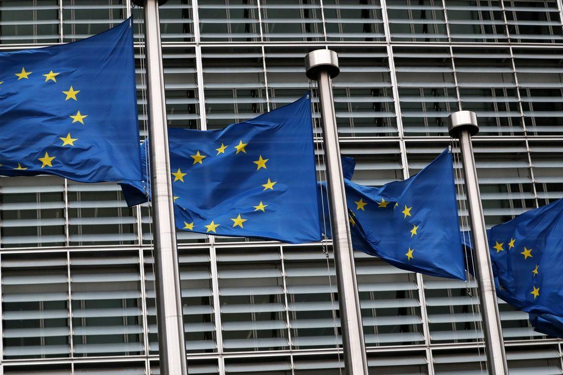 Vlajky před sídlem Evropské komise. Ilustrační foto