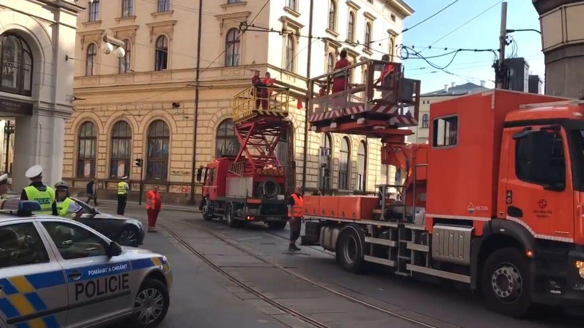 Ochromený provoz tramvají v centru Prahy, řidič jeřábu strhl trolej