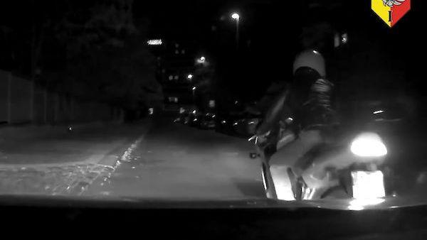 Motorkář ujížděl Prahou v protisměru i na červenou, pak naboural služební auto