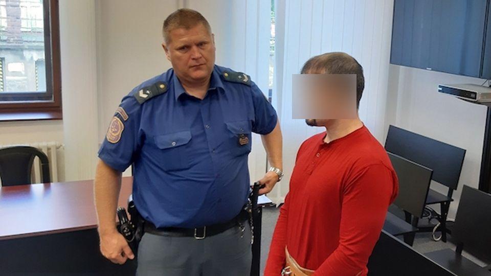 Uškrtil manželku, pak si podřezal žíly a pustil plyn. Plzeňský soud mu vyměřil 10 let