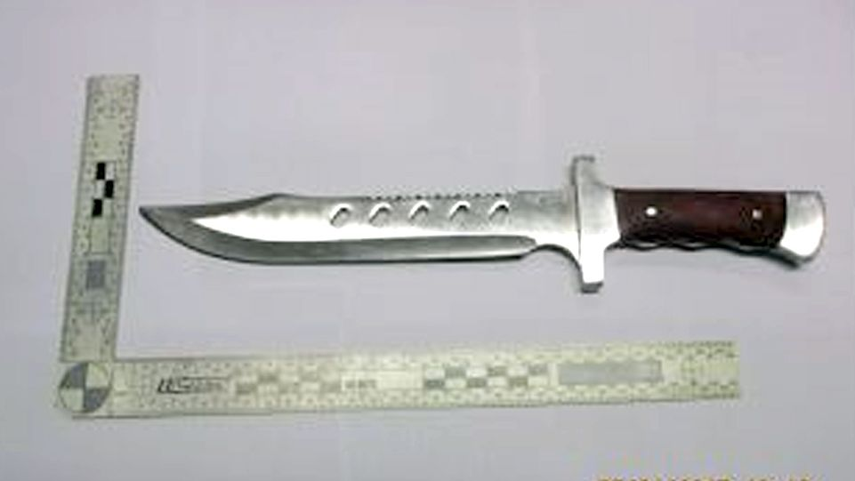 Mladík zaútočil na muže zezadu. Lovecký nůž mu dal na krk