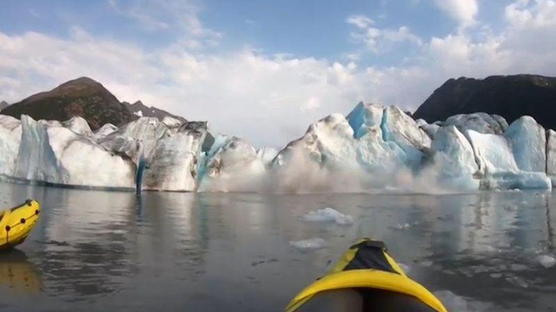 Před kajakáři se zřítil do moře ledovec, málem je spláchla obří vlna