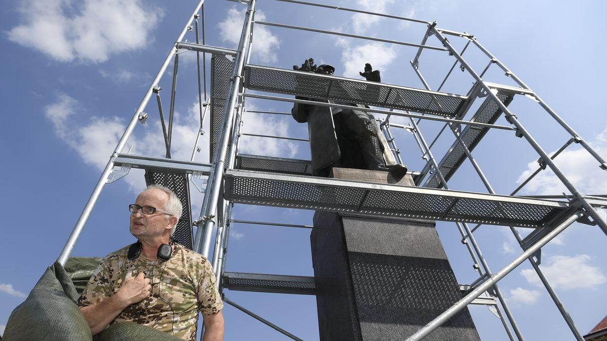 Další incident u zakryté sochy Koněva. Muž v maskáčích přeřezal pásky u plachty