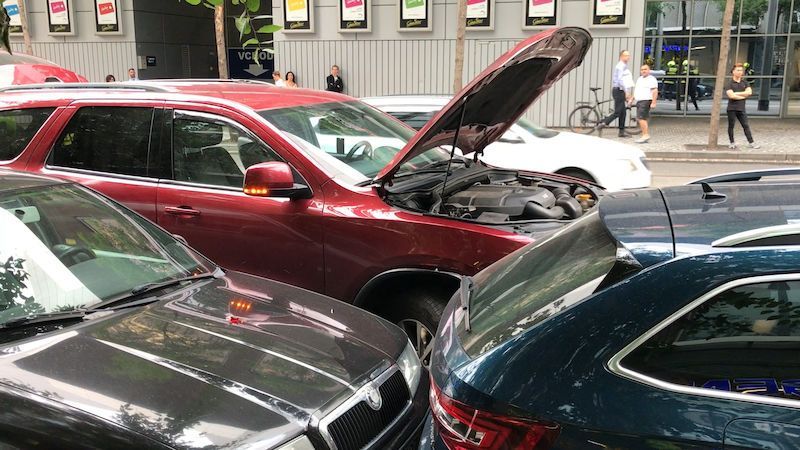 Při nehodě na Smíchově skončilo jedno auto na střeše