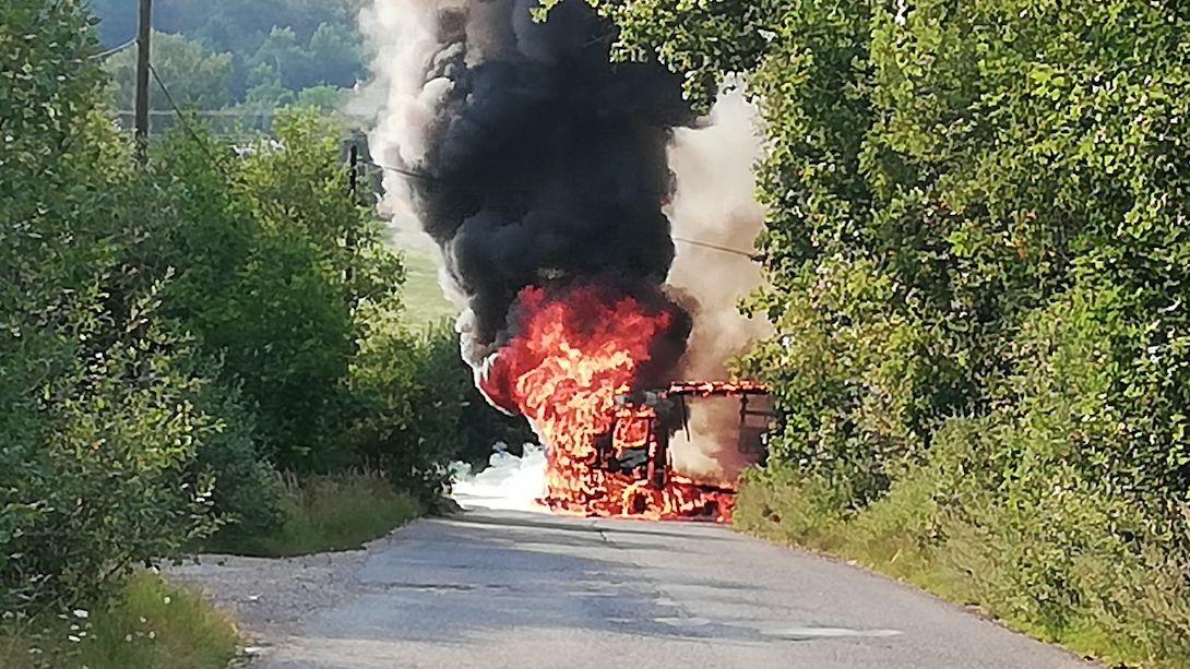Soud zprostil řidiče kamionu viny za nehodu u Rokycan, při které uhořel motorkář