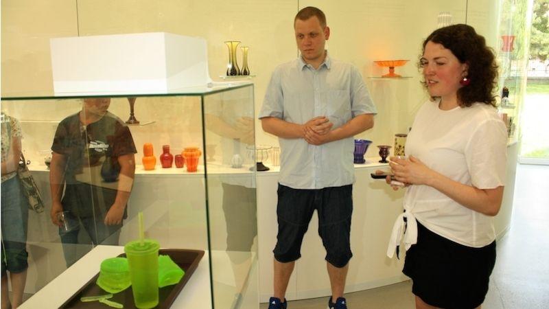 Okončící letní výstavě Sklo nebo život! sodbornou asistentkou Ateliéru skla Klárou Horáčkovou