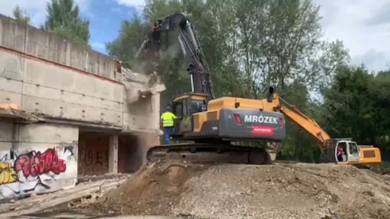 Slovenský premiér Pellegrini demoloval skelet staré nemocnice