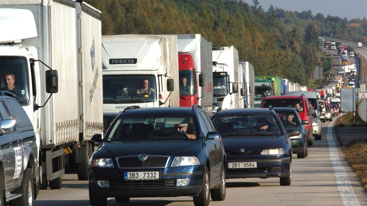 Počet aut v Česku od revoluce stoupl na 2,5násobek, stáří ale nekleslo