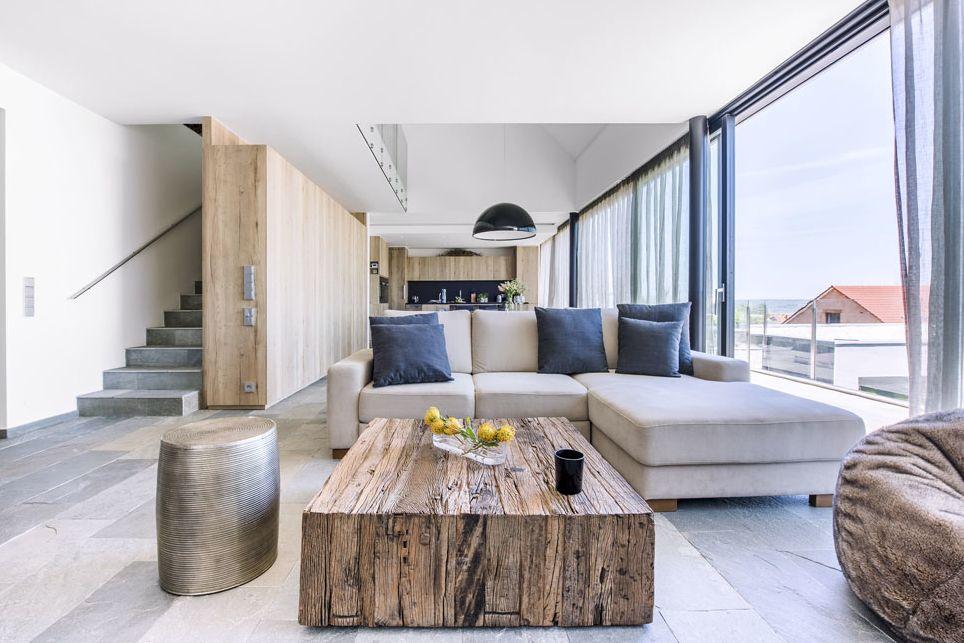 Obytný společenský prostor i s kuchyní je vybavený nábytkem zhotoveným na míru podle autorských návrhů architekta. Je z lamina (Eger) věrně napodobujícího drásaný dub v jeho poněkud rustikálnějším vzhledu.