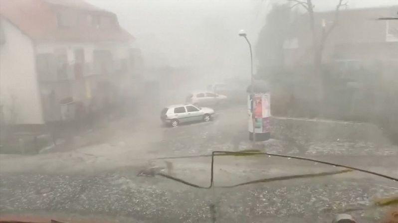 Dvě desítky zraněných, chaos v dopravě. Německo zasáhla silná bouře