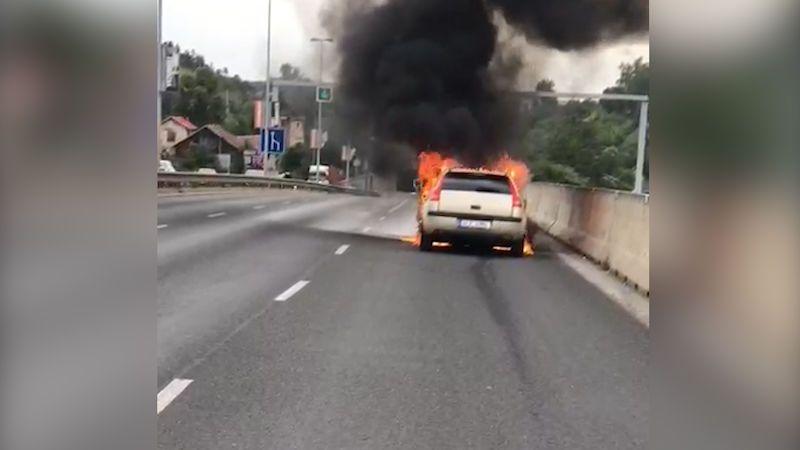 V Praze 5 vzplálo auto, doprava zkolabovala