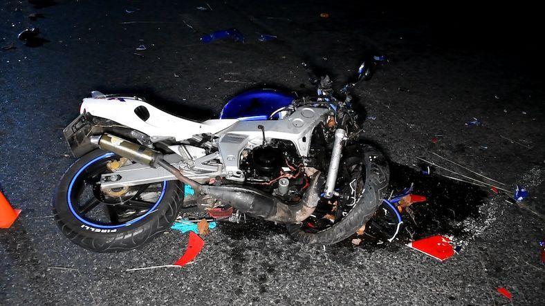 Mladý motorkář bez přilby na Znojemsku narazil do stromu, na místě zemřel