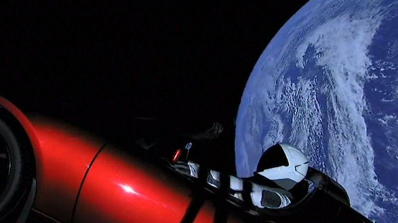 Tesla Roadster se Starmanem za volantem poprvé obletěl Slunce