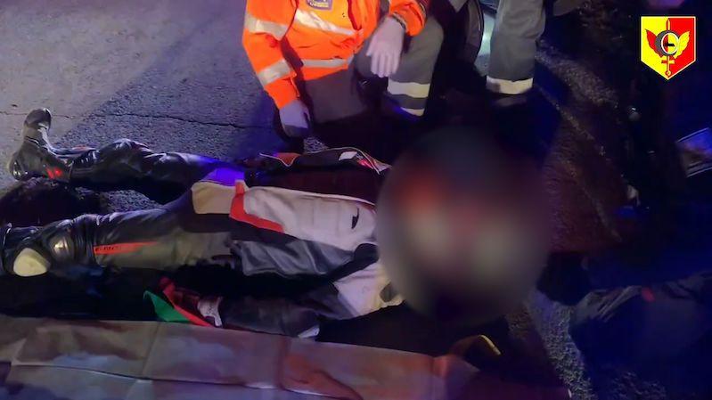 Motorkář s drogami v batohu uháněl v Praze před policií, nakonec boural