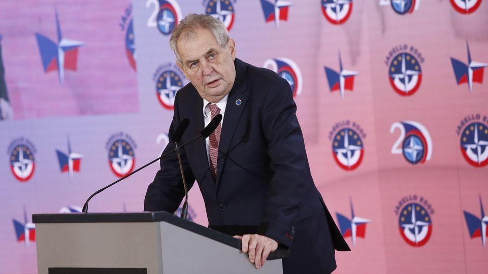 Na prosincový summit NATO pojede jen Zeman, Babiš bude ve Sněmovně