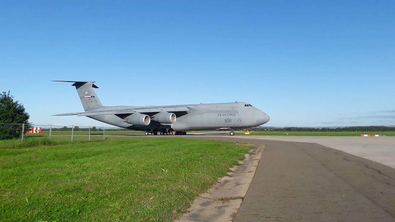 Americký obr C-5M Super Galaxy přistál v Ostravě