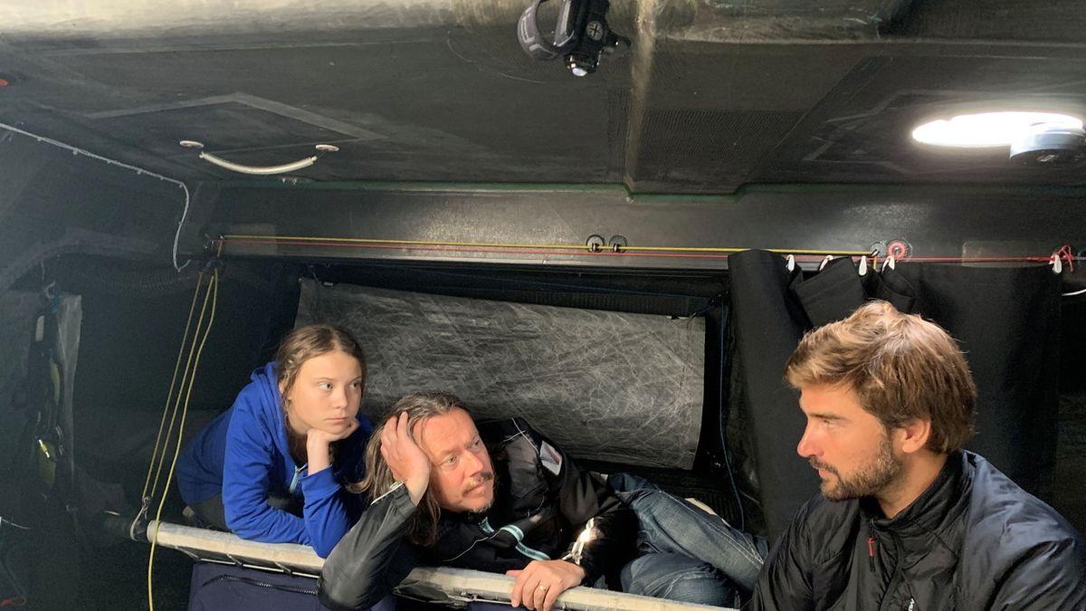 Greta Thunbergová, její otec a kapitán Boris Herrmann na palubě jachty Malizia