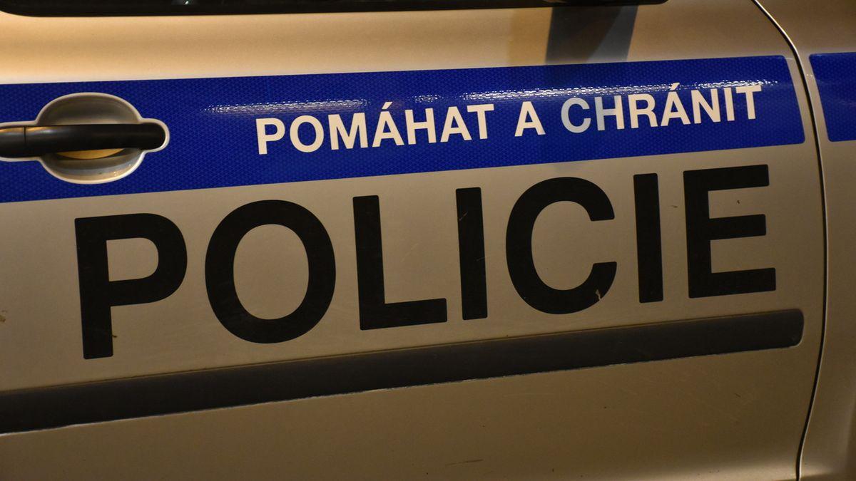 Opilý cizinec v Přerově ve snaze ujet naboural do auta policie