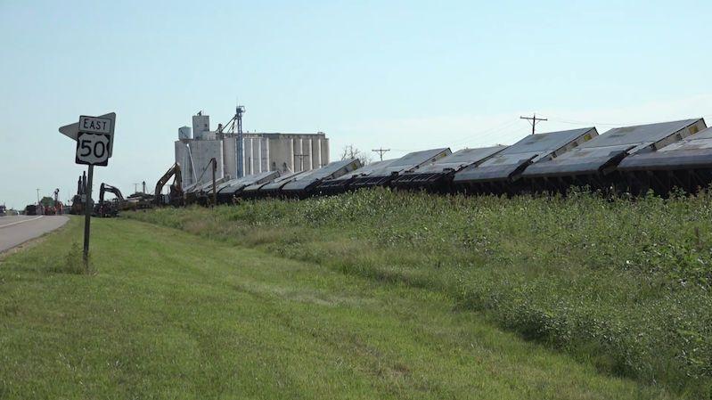 Bouře v Kansasu rozmetala dvě vlakové soupravy se 140 vagony