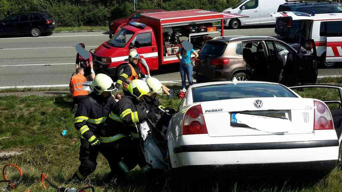 Při nehodě dvou aut na Orlickoústecku zemřel člověk, mezi zraněnými je i malé dítě