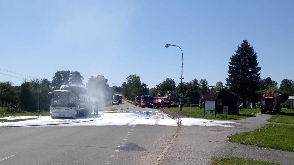 Autobus na plyn se 17 cestujícími začal u Tábora hořet