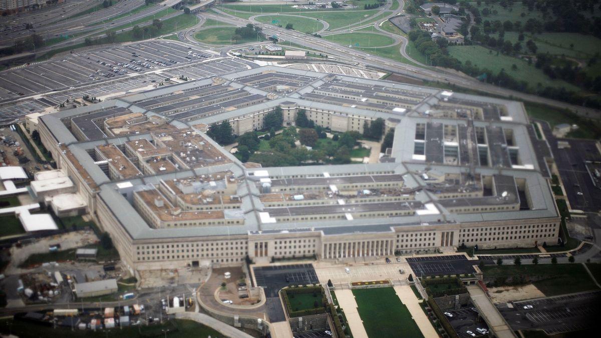 Pentagon zrušil obří zakázku, o kterou soupeřily Microsoft a Amazon