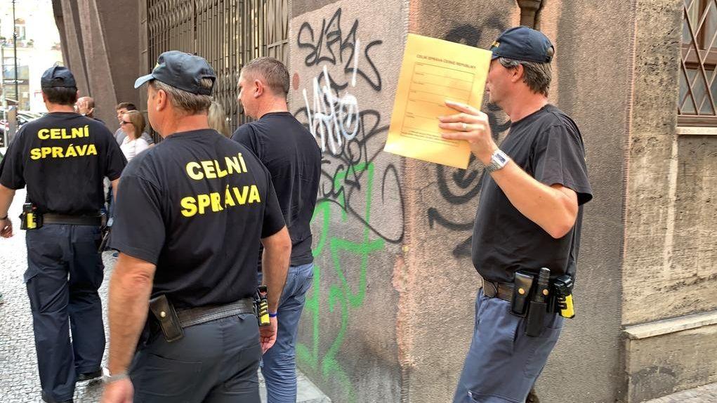 Policie obvinila v souvislosti s daňovým zátahem 23 lidí