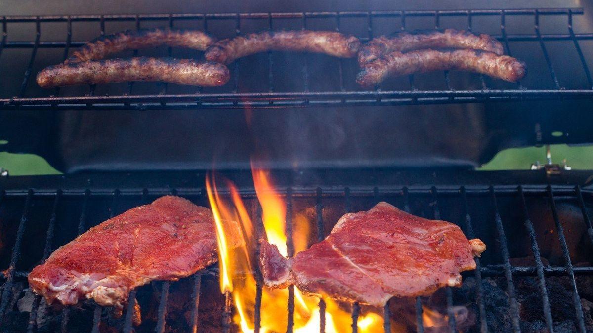 Na grilu vede krkovice, zájem je také o burgery, klobásy i maso z biochovů
