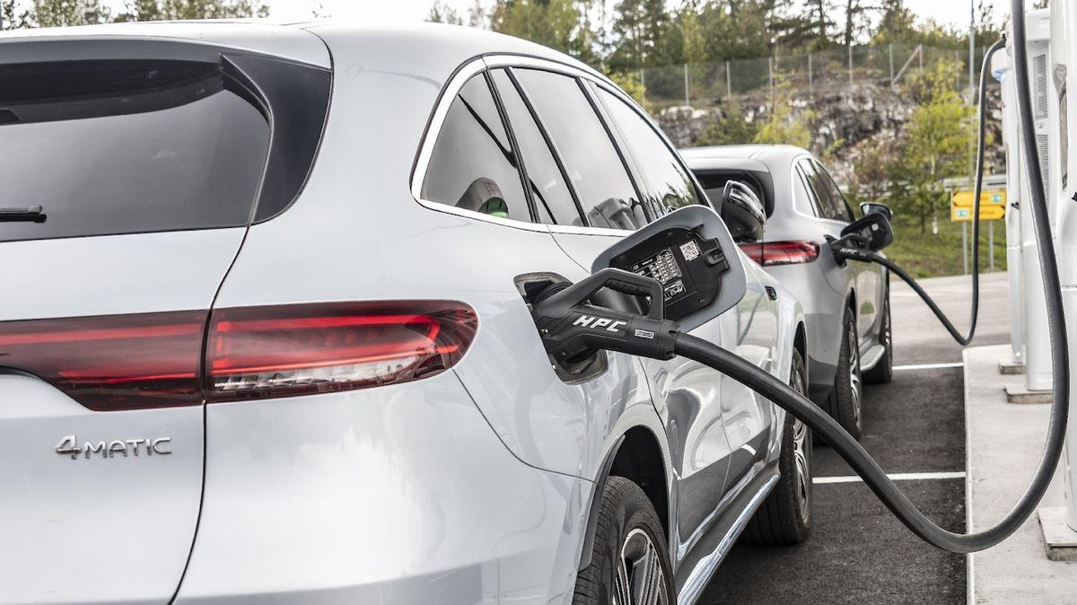 Jak jezdit elektromobilem, nemáte-li potřebný milion a víc? Možností je řada
