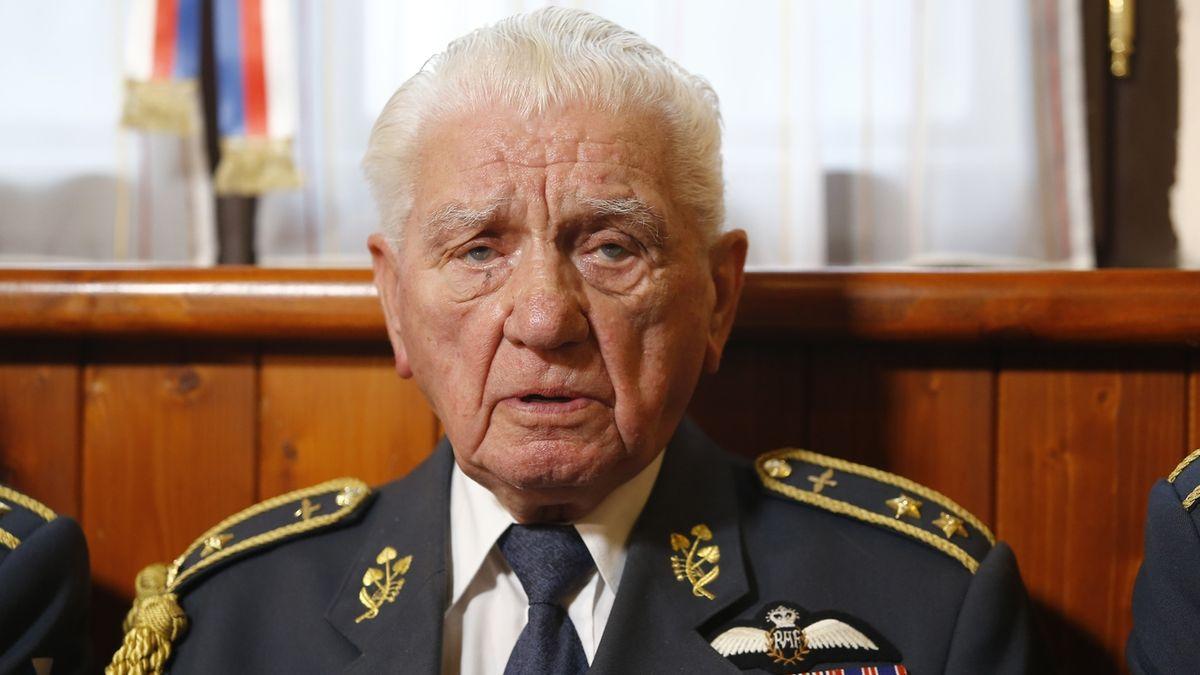 Šestadevadesátiletý generál Boček, jehož chce Zeman vyznamenat, byl hospitalizován