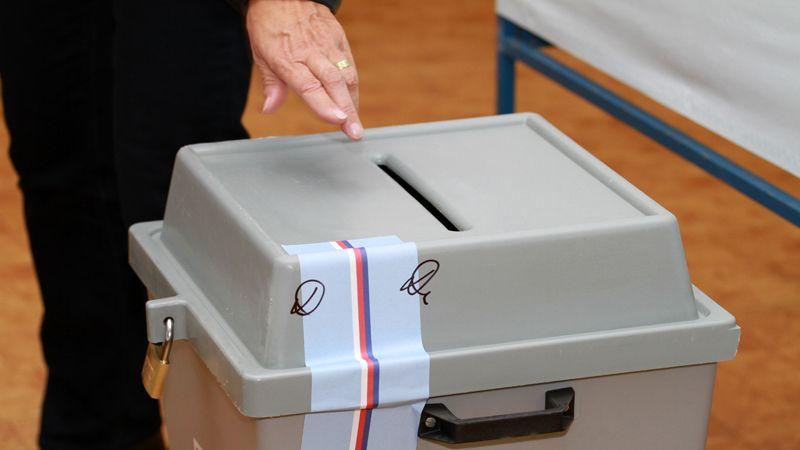 Volby by vyhráli Piráti se STAN, pozice ANO a Spolu vyrovnané