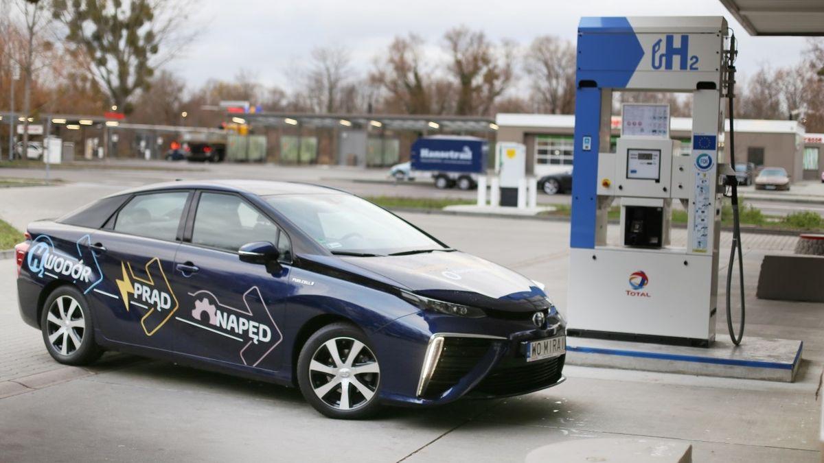 Za deset let by mohlo v Česku jezdit až 90 000 aut na vodík, dnes jej není kde čerpat