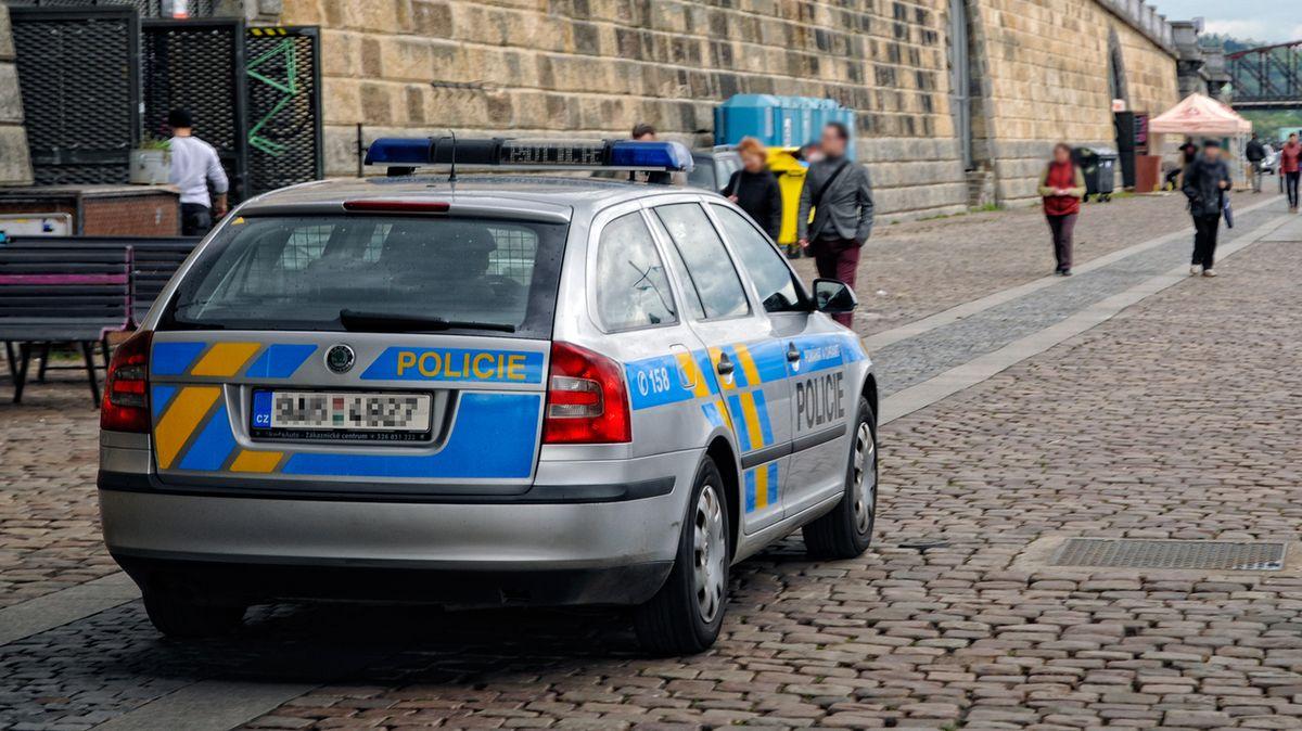 Policista zfackoval muže bez roušky. Snížili mu plat