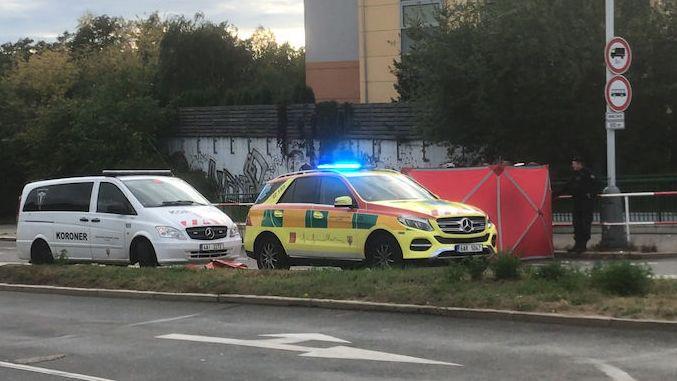 Autobus se v Praze střetl s cyklistkou. Žena na místě zemřela