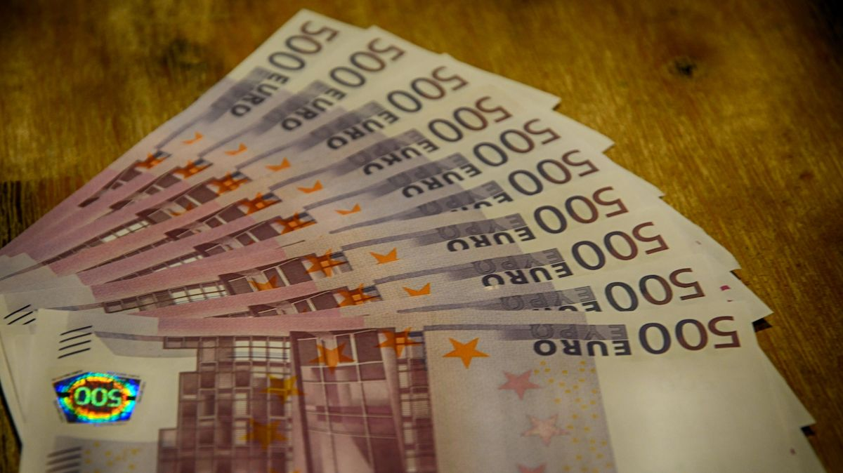 Směnárník z Ústí, který nanosil do banky 90 miliard, musí prokázat, kde je vzal