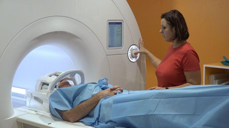 IKEM zprovoznil novou magnetickou rezonanci, vejdou se do ní obézní pacienti