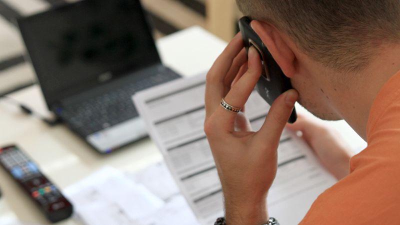 Počet dlužníků za telefon je nejnižší za deset let