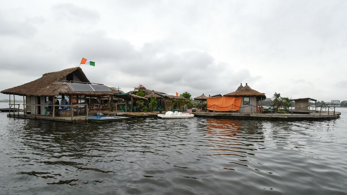 U Pobřeží slonoviny pluje plastový ostrov s hotelem