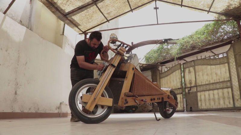 Postavil si motorku ze dřeva a stal se lokální celebritou
